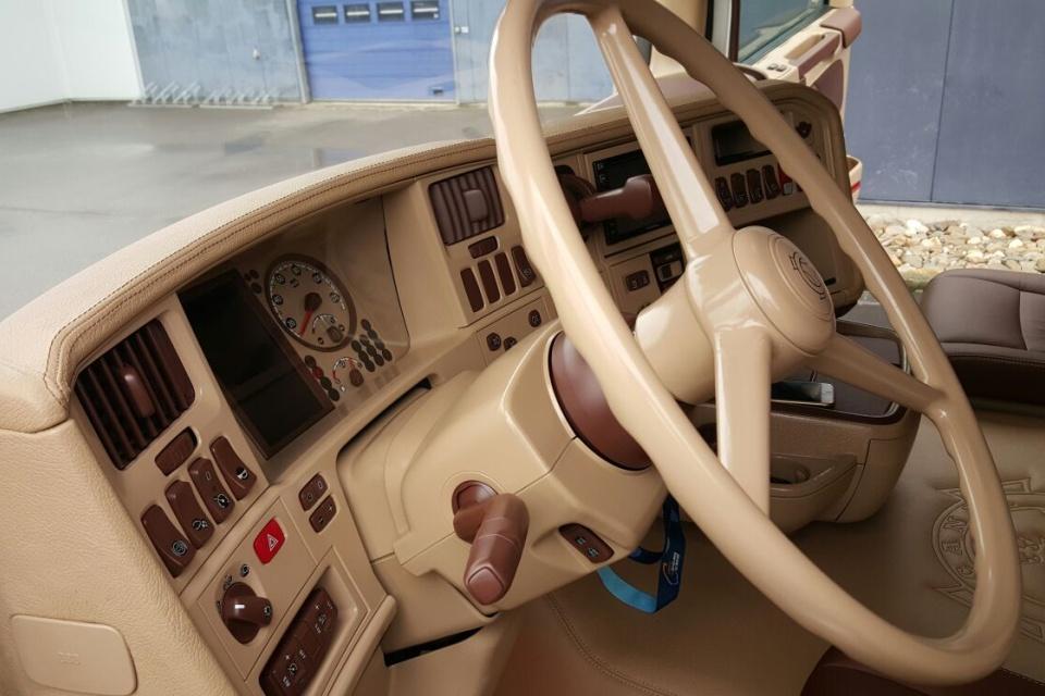 https://www.truck-interiors.com/site/scania/$FILE/Truckbekleding-scania-r500-transports-le-berre-06-960x640.jpg